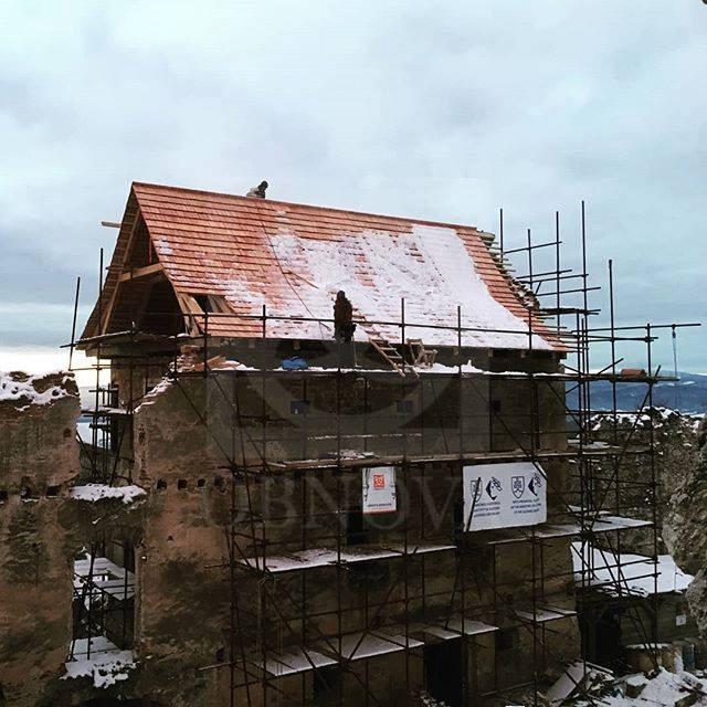 Strecha na hospodárskej budove hradu Uhrovec