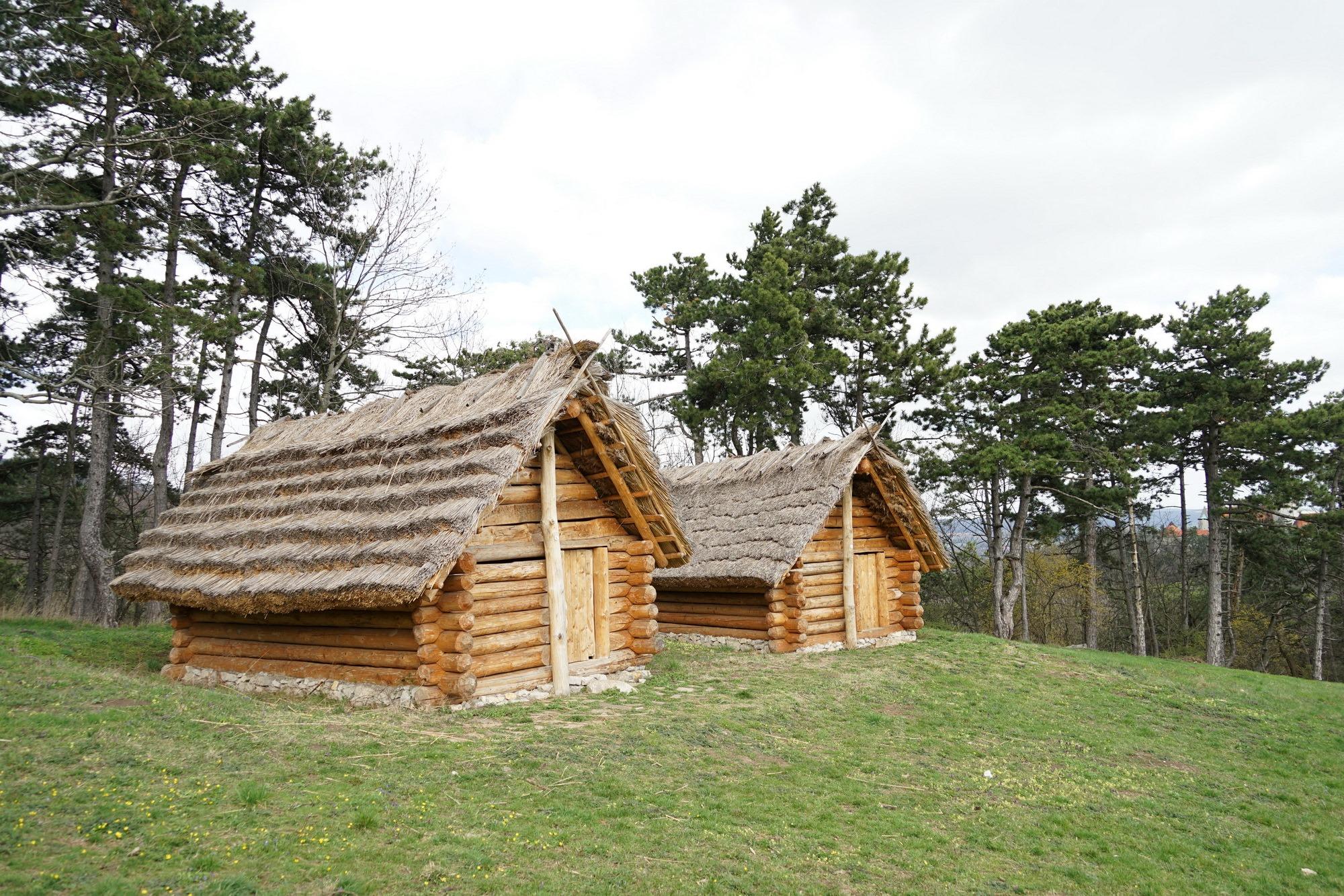 Domy na hradisku Molpír po rokoch