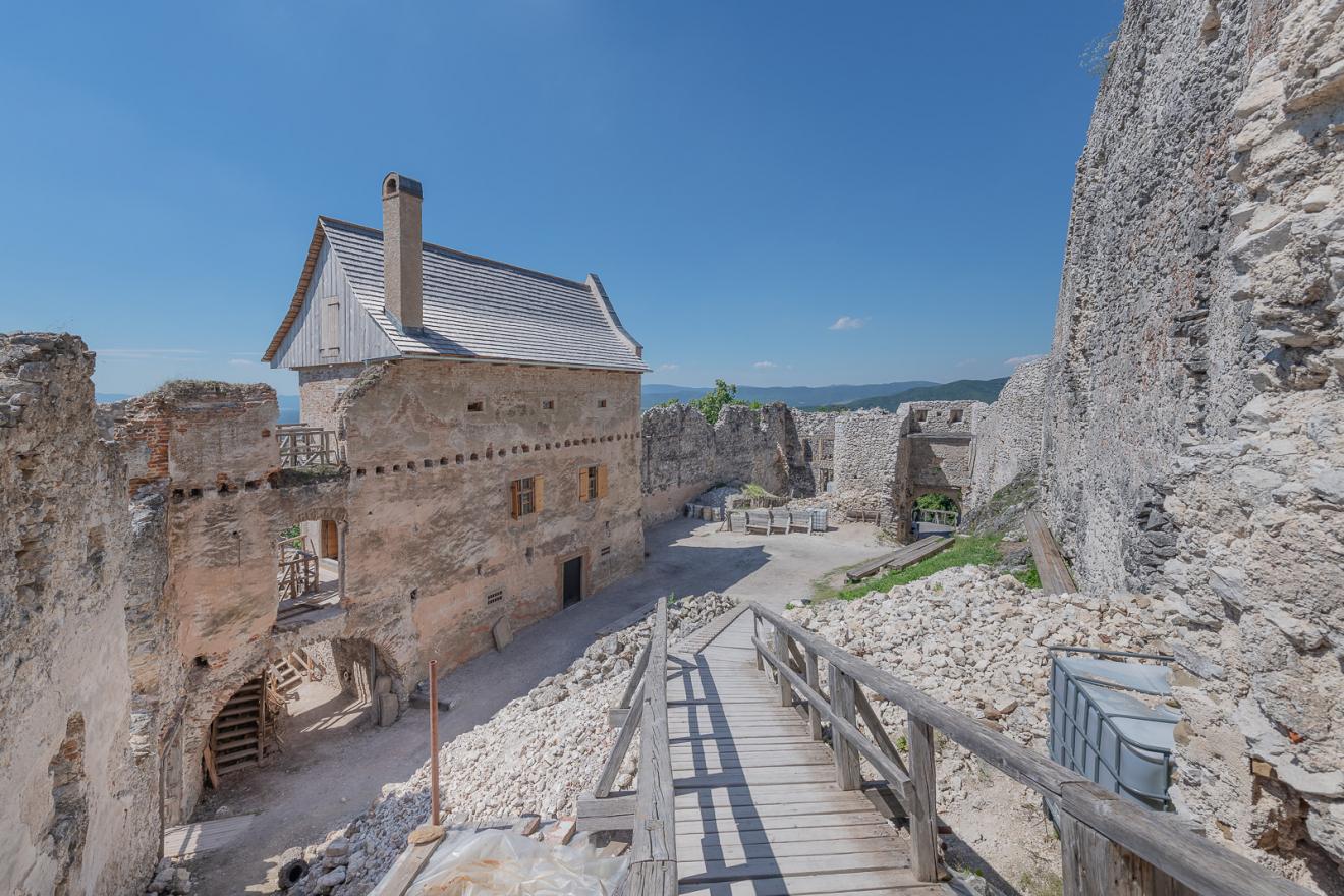 Jedna z nominácií na CEZAAR - Hrad Uhrovec – obnova hospodárskej budovy